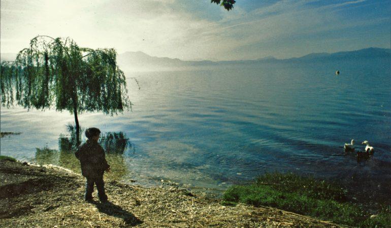 Τριχωνίδα: Υδάτινες Ανταύγειες