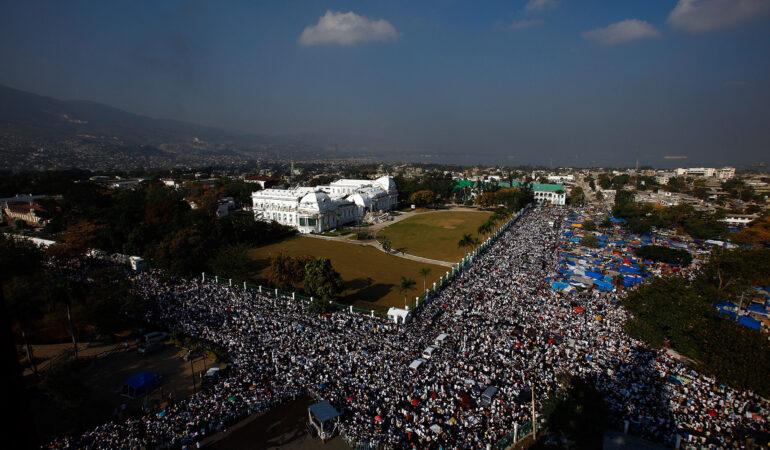 Χιλιάδες άνθρωποι συγκεντρώνονται στο κέντρο της κατεστραμμένης πρωτεύουσας της Αϊτής. Μέσα σε λίγες μέρες, η κυβέρνηση ανακοίνωνε ότι η αναζήτηση επιζώντων έφτασε στο τέλος της. Πηγή: Haiti In Ruins: A Look Back At The 2010 Earthquake https://www.npr.org/sections/pictureshow/2020/01/12/794939899/haiti-in-ruins-a-look-back-at-the-2010-earthquake?t=1607423284763